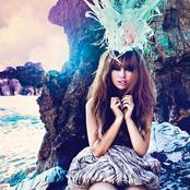 Aura Dione - In Love With the World Songtext, Übersetzungen und Videos auf Songtexte.com