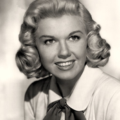 Doris Day - Let's Face the Music and Dance Songtext und Lyrics auf Songtexte.com
