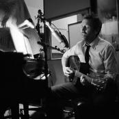 Hugh Laurie Songtexte, Lyrics und Videos auf Songtexte.com