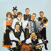 Slavko Avsenik und seine Original Oberkrainer - Hinterm Hühnerstall Songtext und Lyrics auf Songtexte.com
