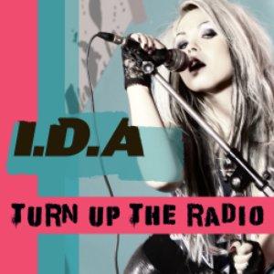 Imagen de 'Turn up the radio'