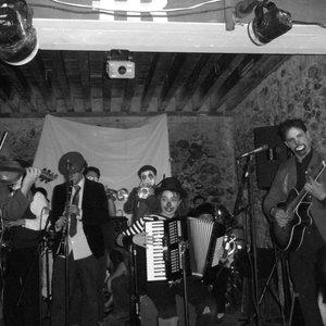 Imagem de 'triciclo circus band'