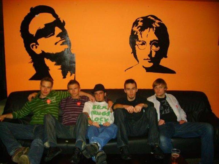 Zespół Konkubent wraz z Bono i Johnem Lennonem.