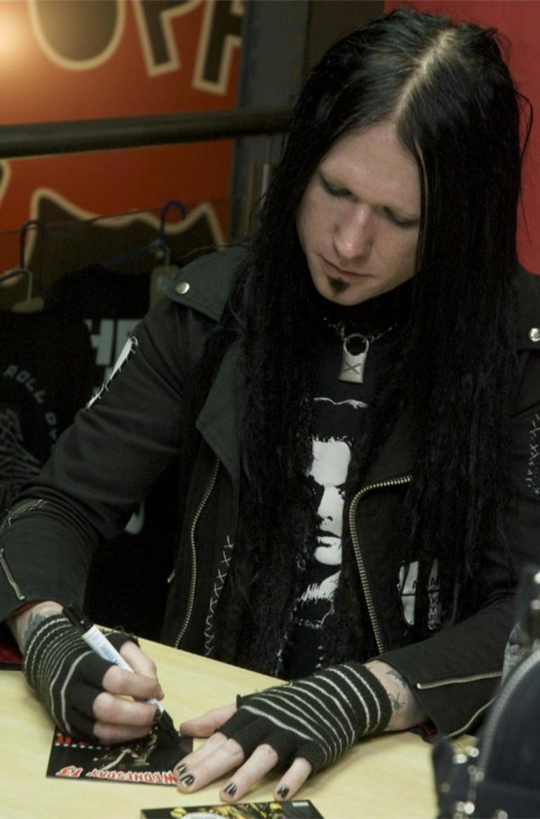 31.10.09  signing session at Fopp, London