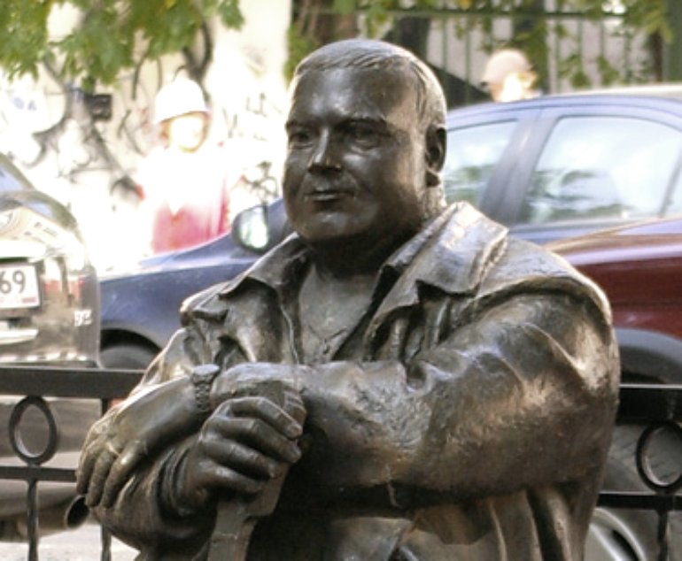 Фрагмент памятника Михаила Круга в Твери