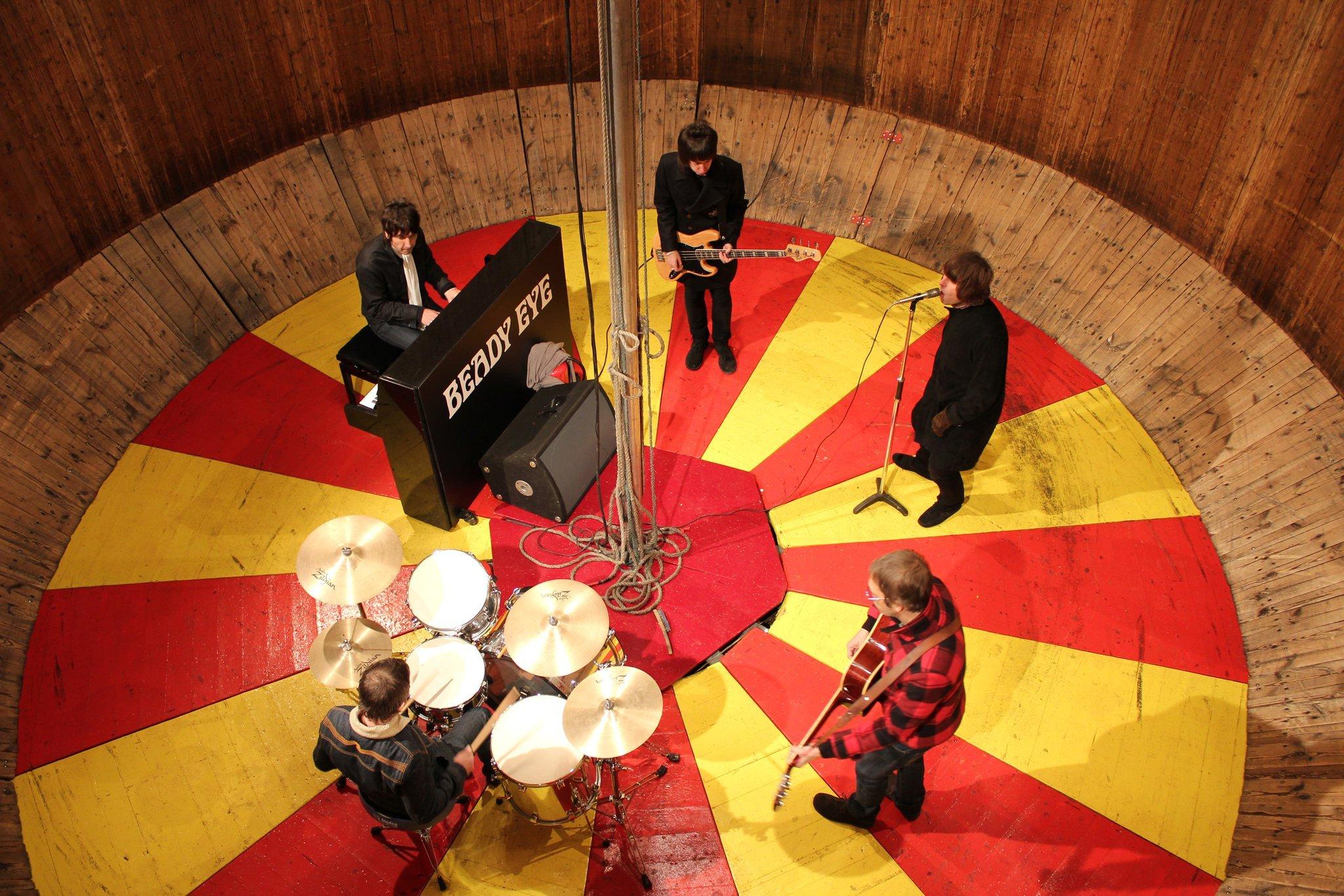 Beady Eye - Standing on the Edge of the Noise Lyrics