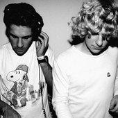 Hermanos Inglesos DJing