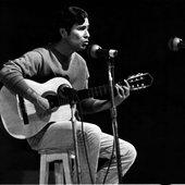 Geraldo Vandré tocando e cantando.