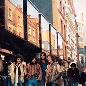 U Londonu 1976. godine, kad su snimali 3. LP ploču Bijelog Dugmeta, ''Eto baš hoću''.