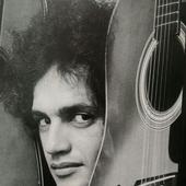 Caetano Veloso em 1976, na época do grupo Doces Bárbaros.