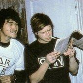 Виктор Цой и Борис Гребенщиков читают западный рок-журнал, 1986.