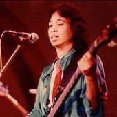 Chrisye bermain Bass pada sekitar tahun 70an.